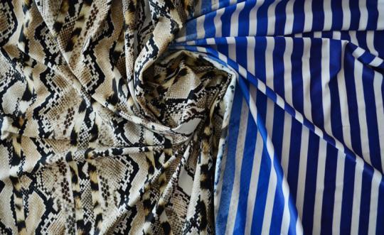 Badeware blau weiß beige Schlangen-Leomuster