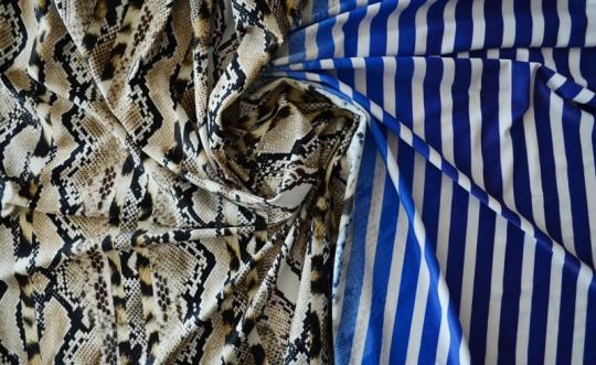 Badeware blau weiß beige Schlangen-Leomuster mit akzeptablen Druckfehler